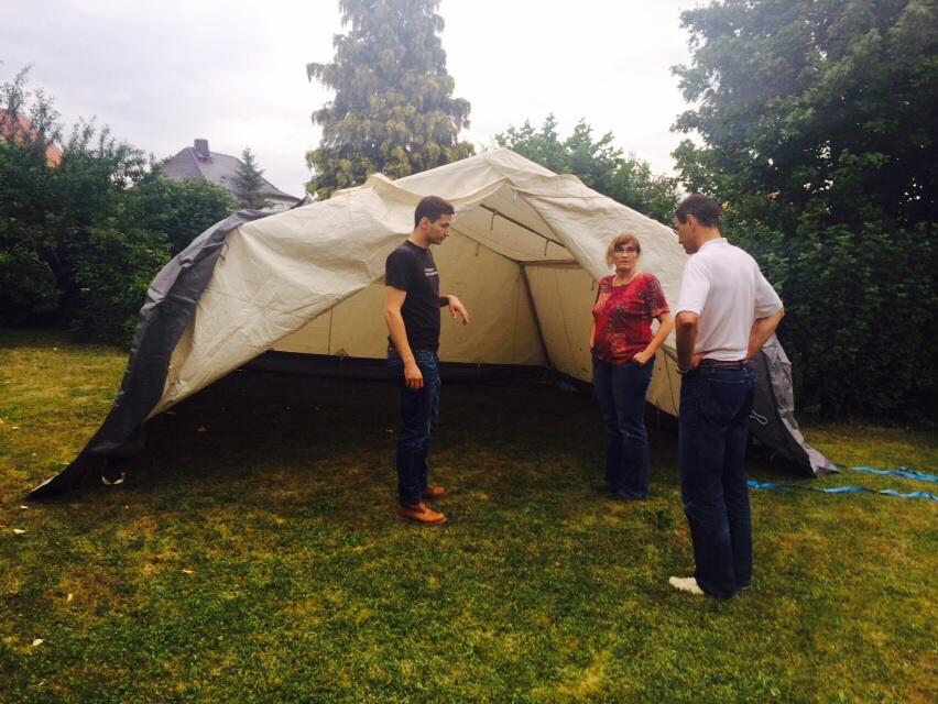 Zelt aufbau mit der Familie