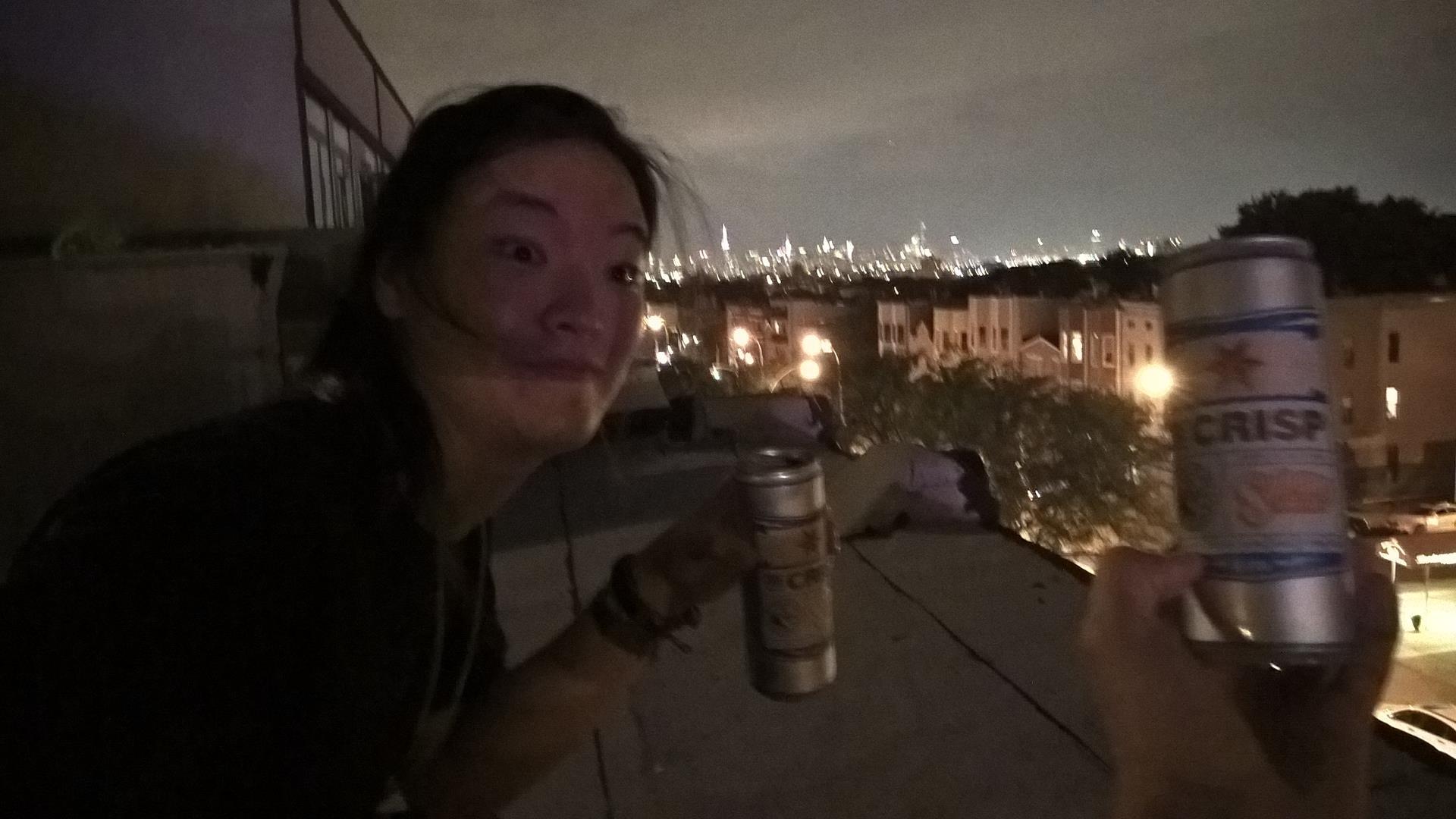 Bier auf dem Dach und das beleuchtete Manhatten im Hintergrund
