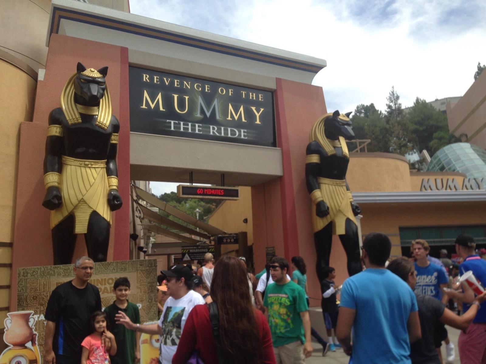 Hier ging es zum sehr rasanten Fahrgeschäft der Mumie