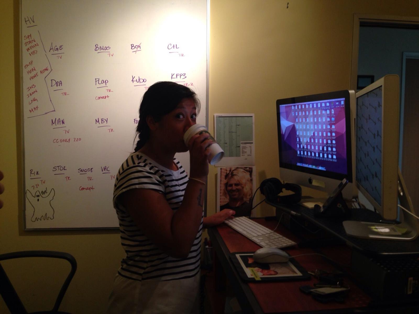 Lana in ihrem Büro