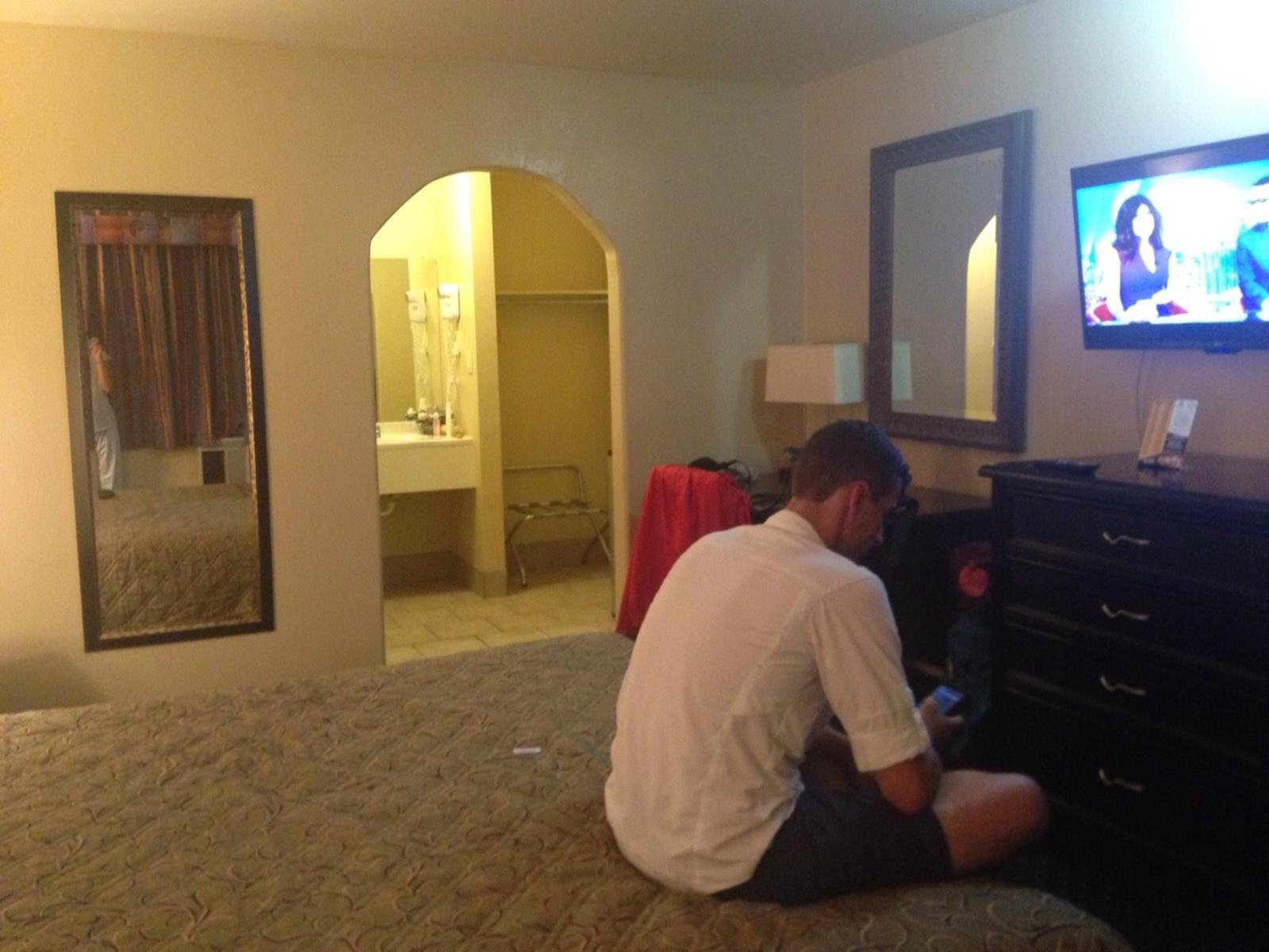Beim Pizza bestellen in unserem Hotelzimmer