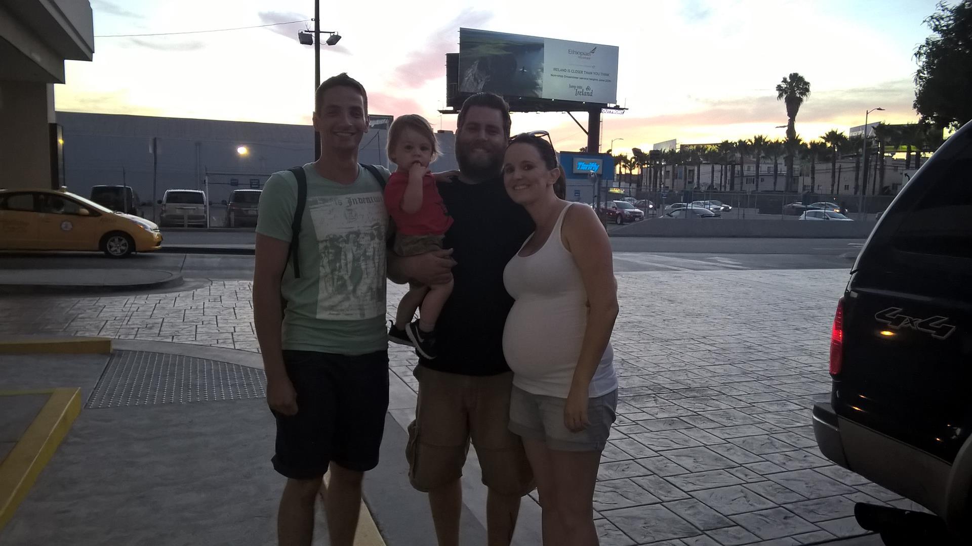 Rachel, Josh, Emerson und ich beim Best Westin Hotel (wo die Autovermietung war)