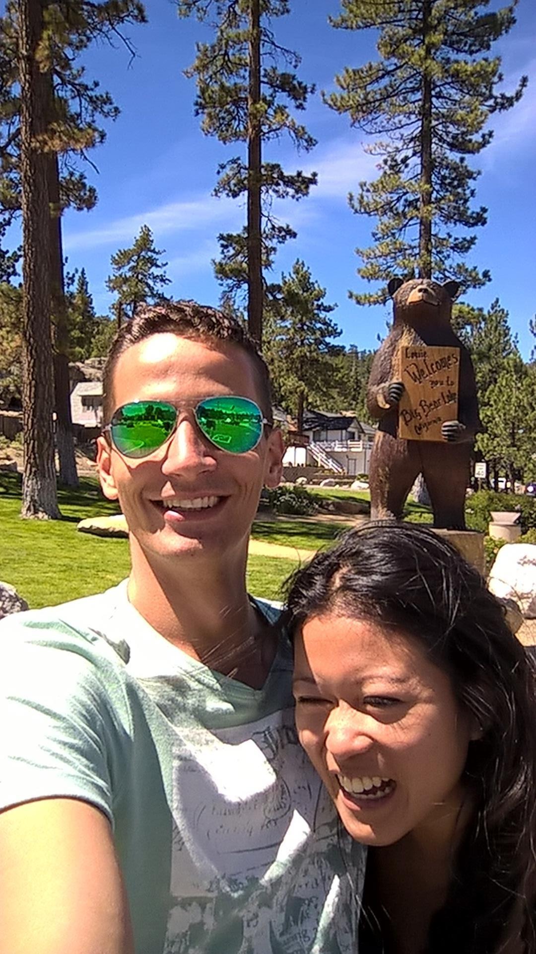 Spaß vor dem großen Teddybär