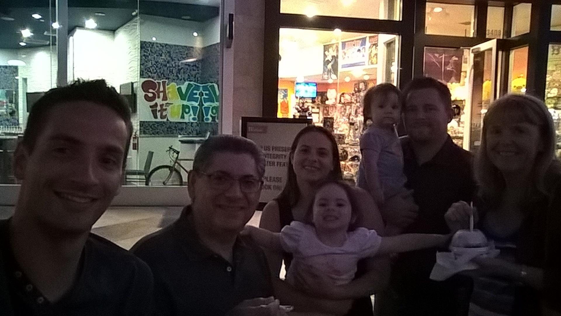 Die Familie und ich beim Eisessen