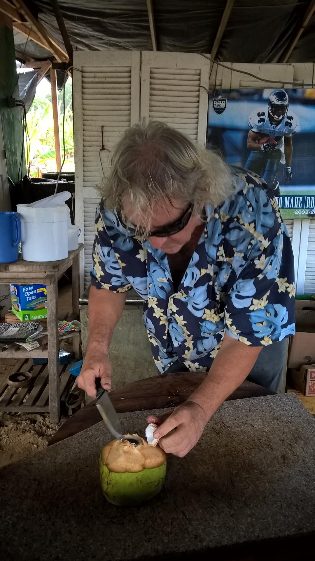 Mit ein paar gezielten Schlägen war die Kokosnuss offen