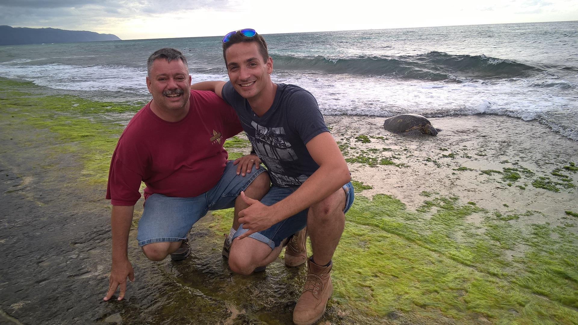 Roger und ich mit dem beweglichen Stein im Hintergrund