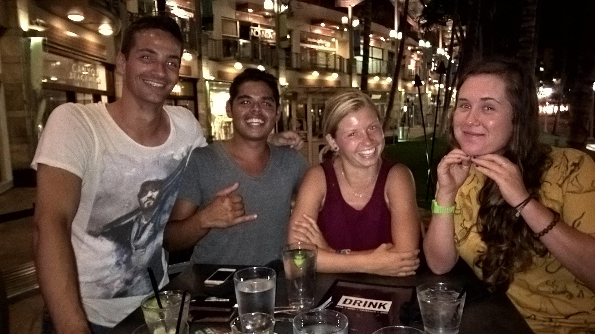 Bethany, Christina, Jordan und ich in der Yard Bar