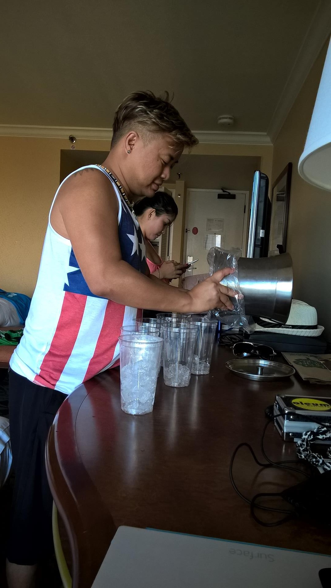 Chay mixt etwas im Hotelzimmer