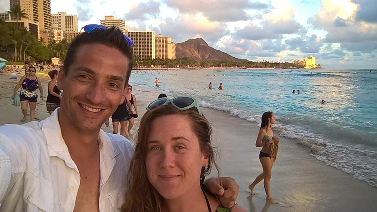 Bethany und ich am Strand mit dem Diamond Head im Hintergrund