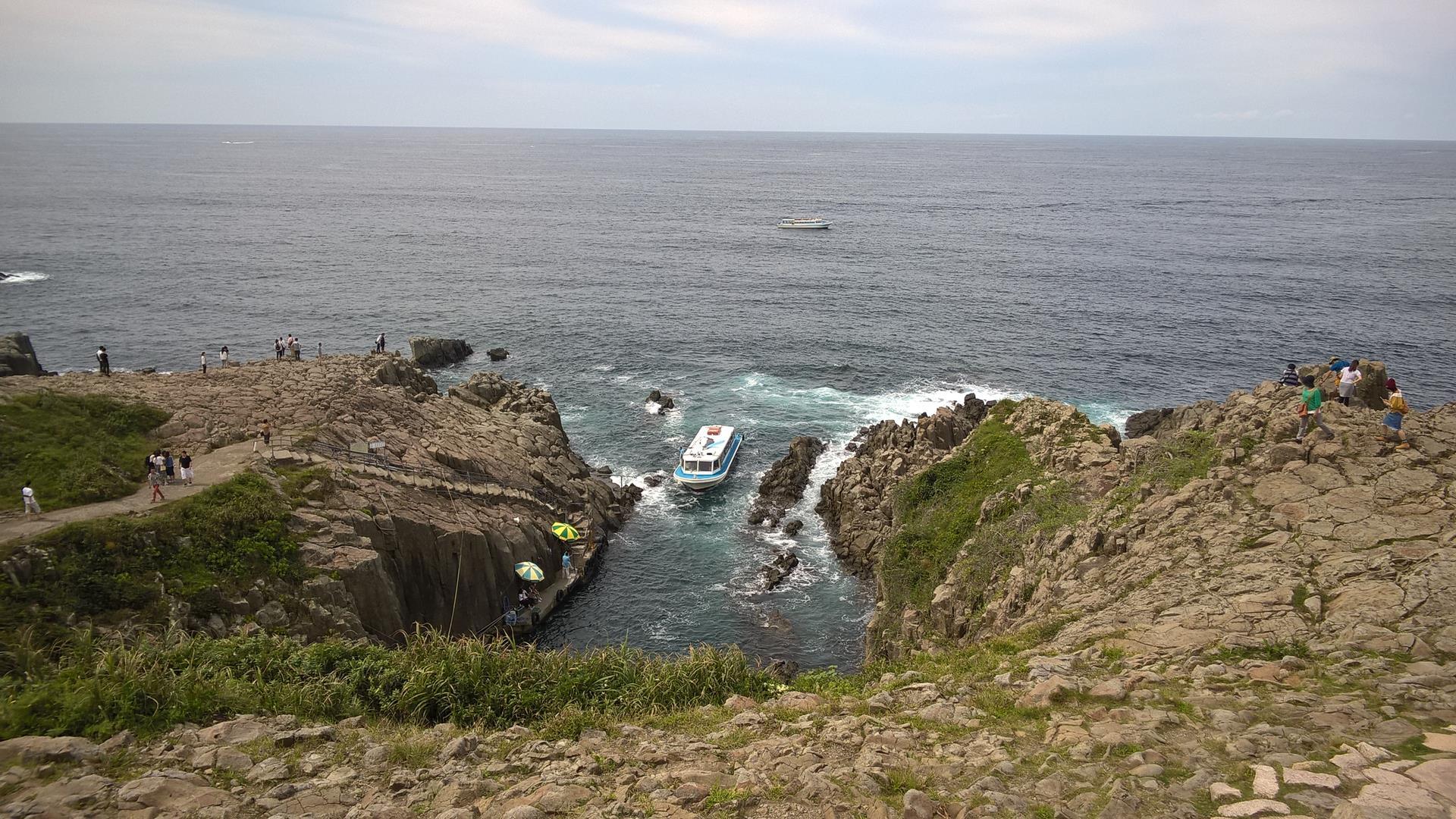 Zwischen den engen Klippen legen Schiffe für Besucher an