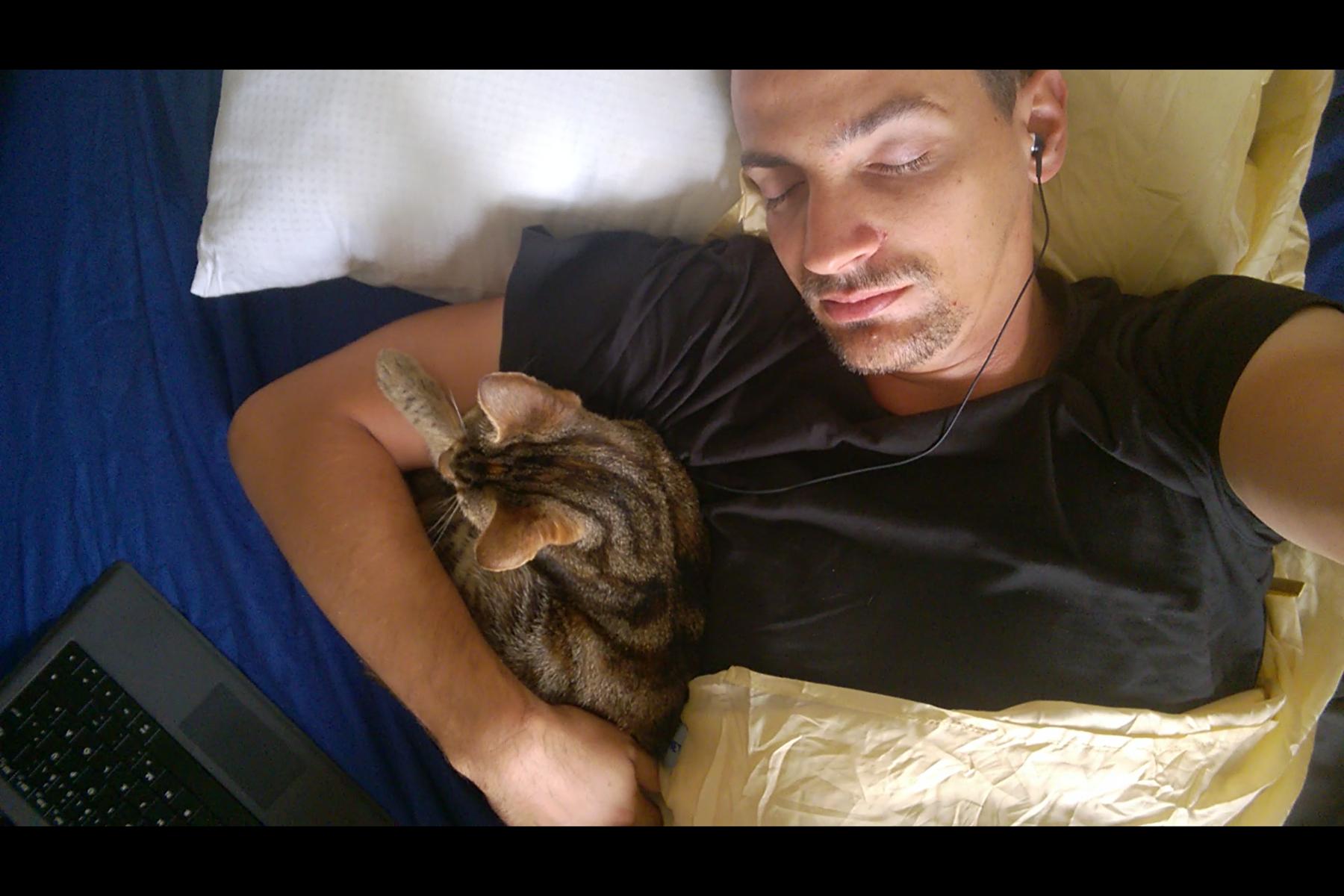 Meine Bettgefährtin für diese Nacht: Die Katze Snuggles
