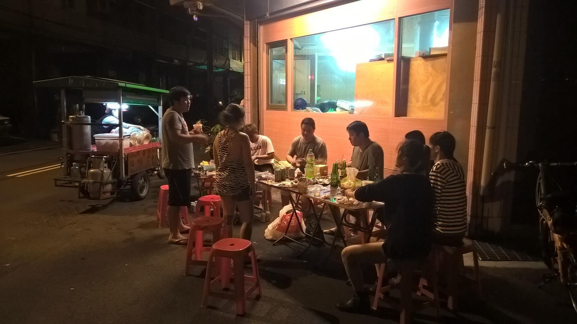 BBQ auf Taiwanisch: Alle sitzen zusammen auf der Straße und essen