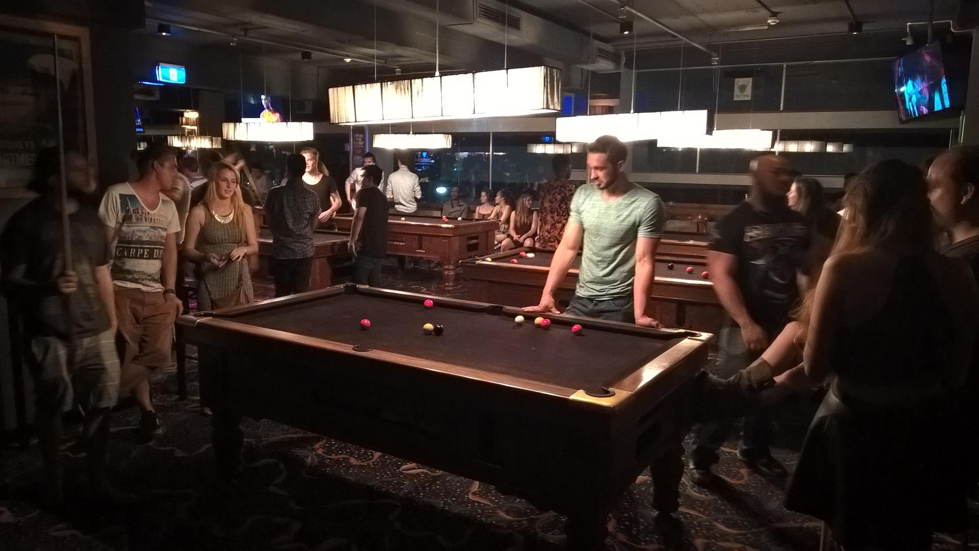 Mit meinen Hostel Kollegen beim Billiard spielen