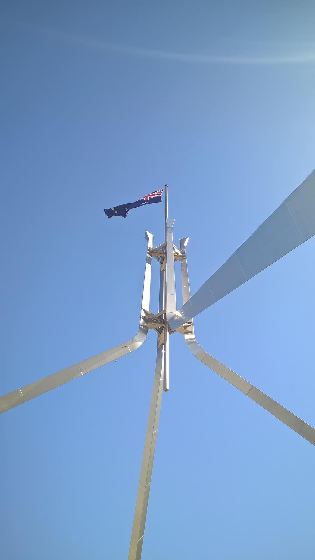 Stolz auf ihr Land: Eine sehr große Australische Flagge über dem neuen Parlamentsgebäude