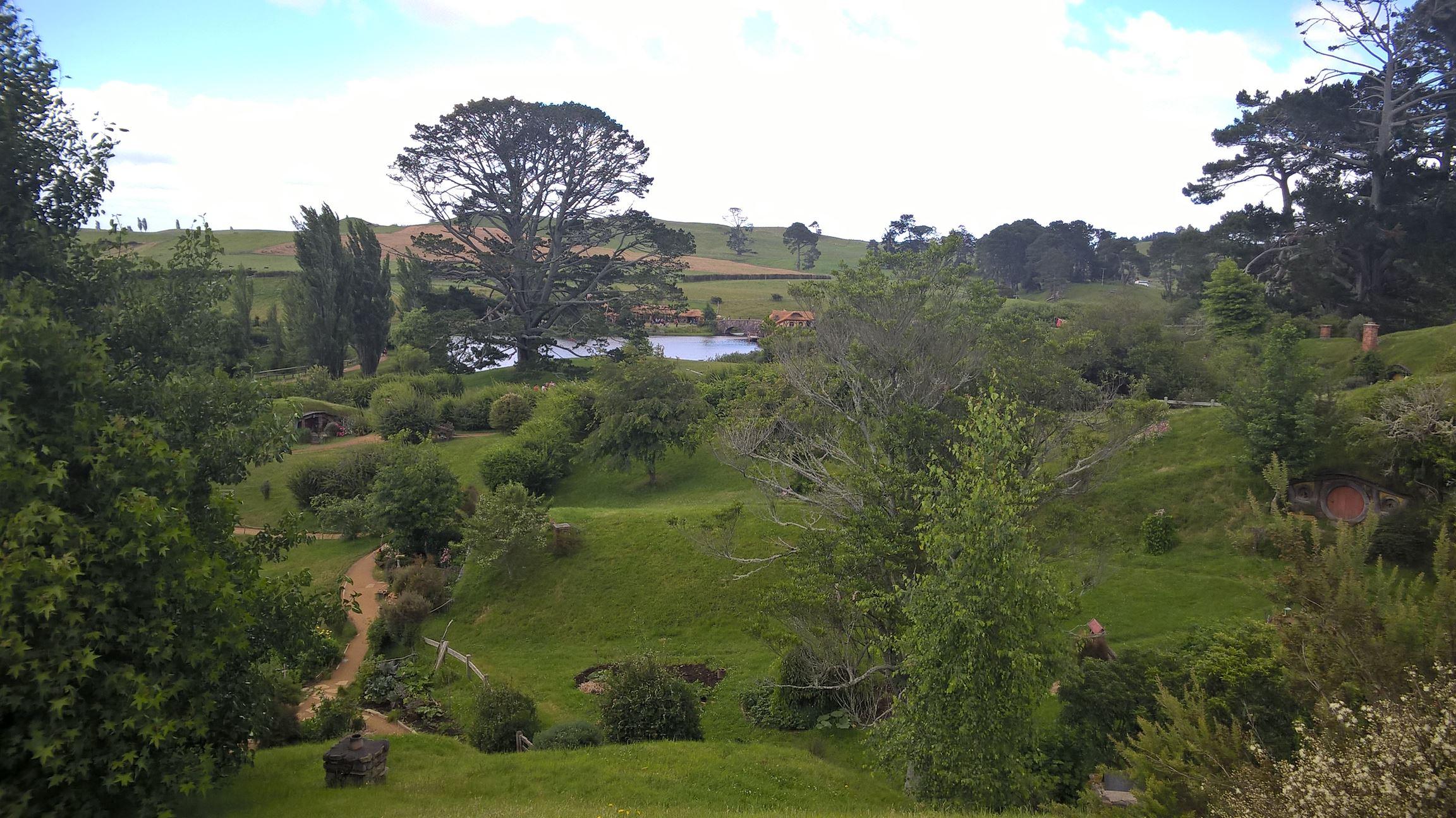 Blick hinunter ins Tal zur großen Eiche und dem Dorfsee