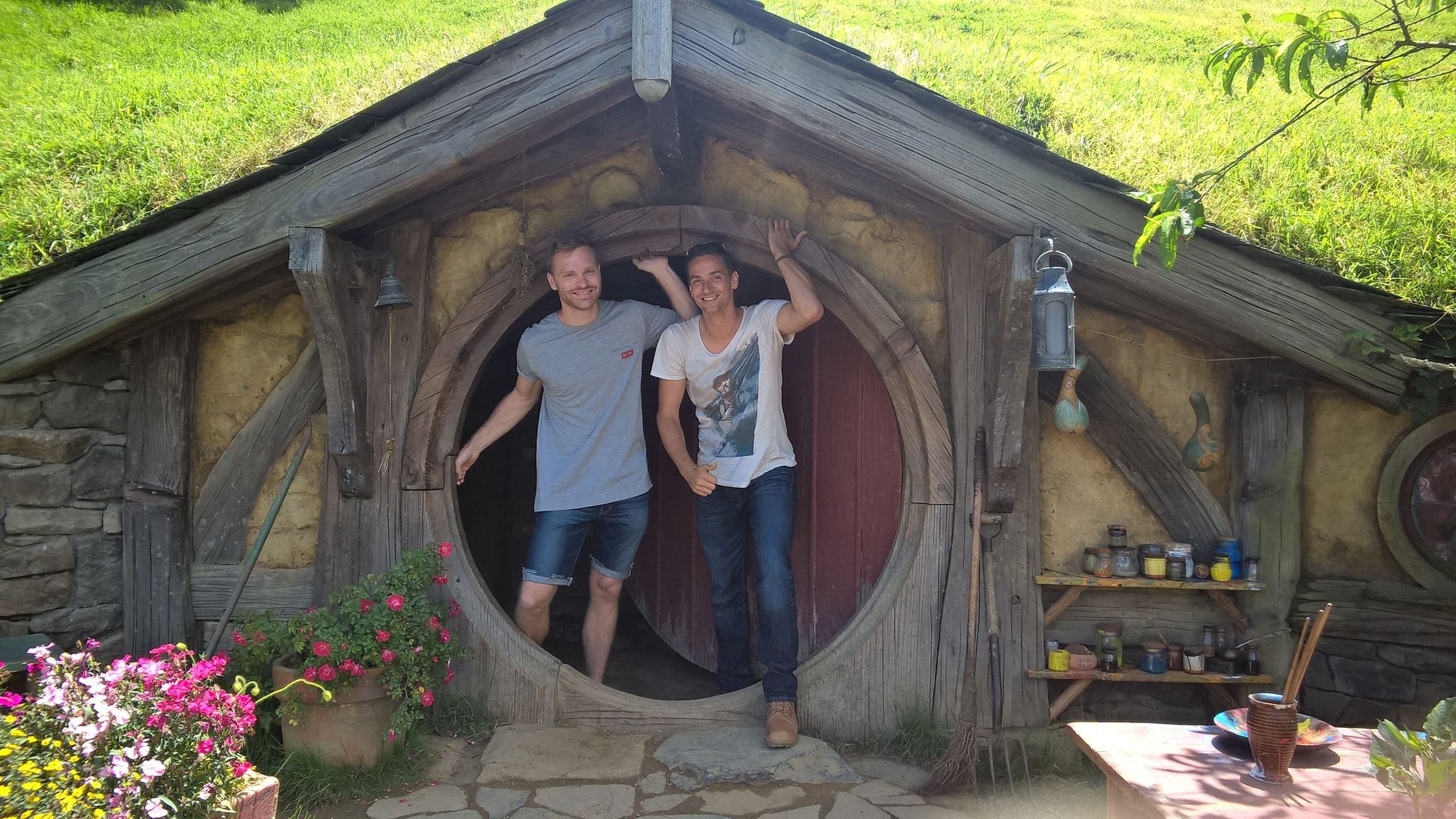 Nick und ich kommen gerade aus der Hobbit-Höhle