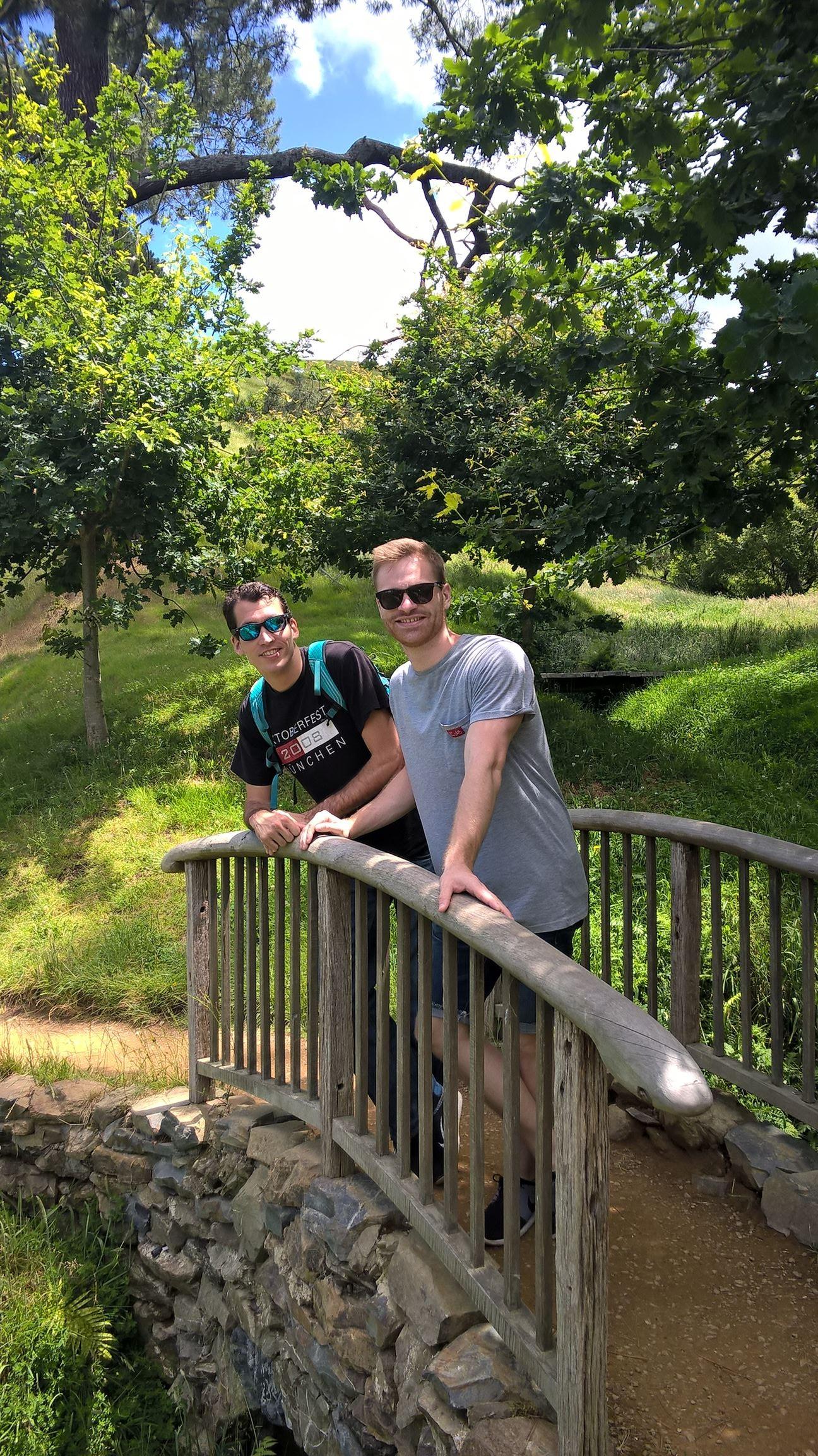 Marc und Nick auf dem Weg zur Dorf-Kneipe