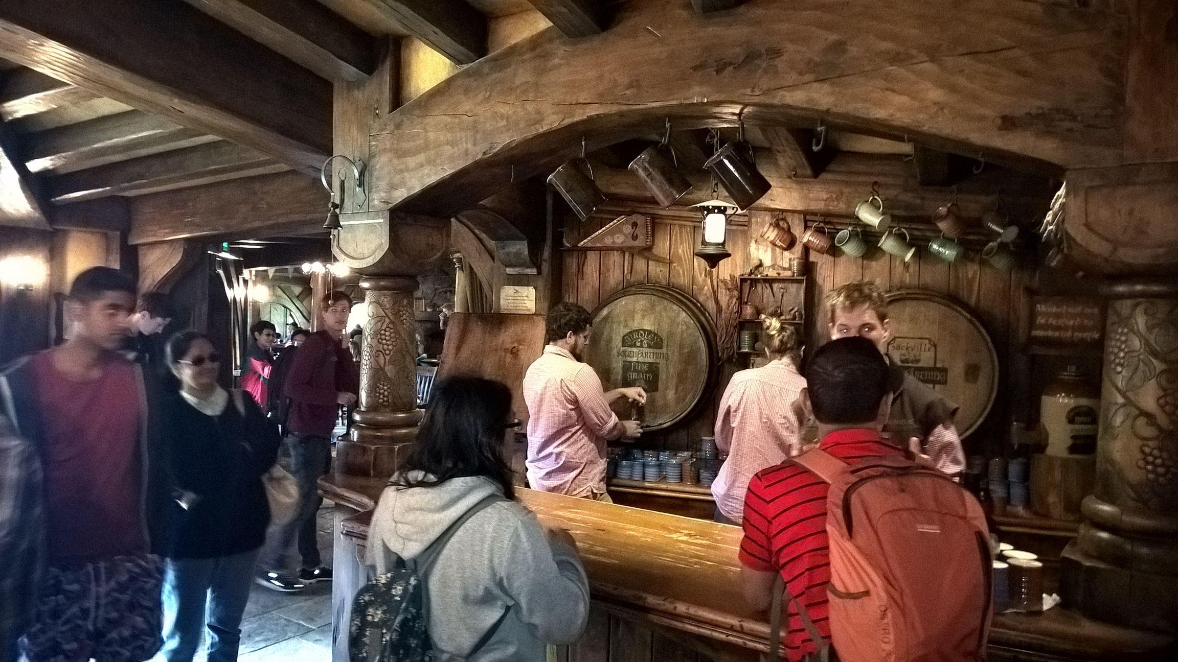 Im Inneren gibt es tatsächlich Hobbinton exklusives Bier