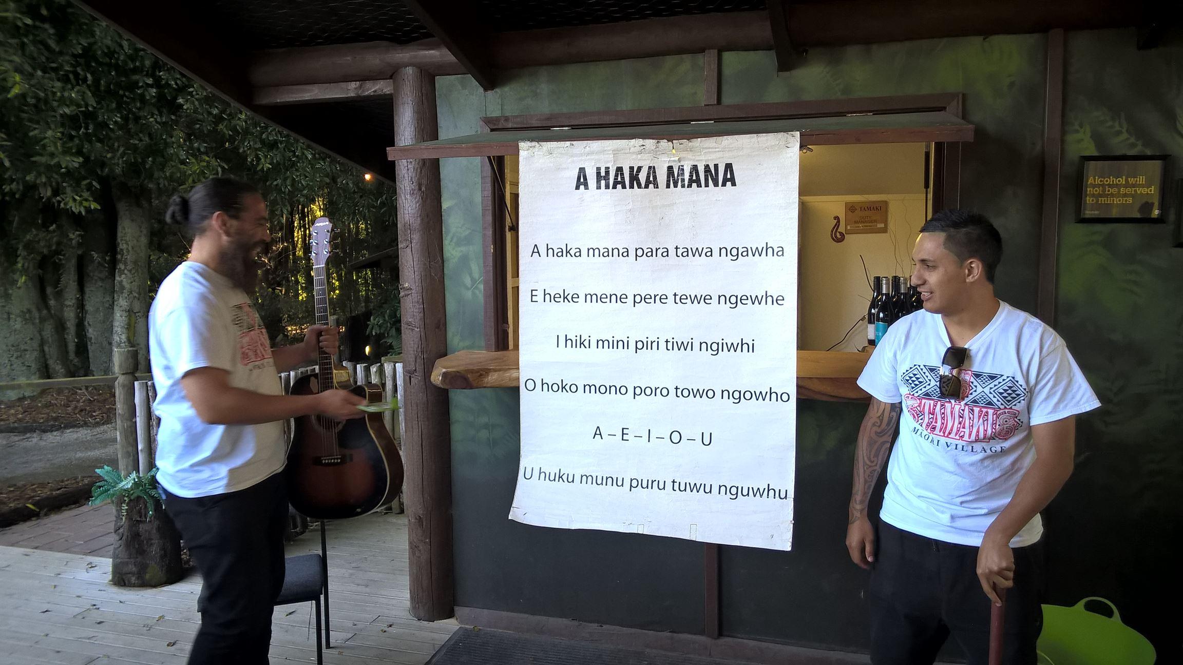 Dieses Lied wird den Kindern der Maori beigebracht um die Aussprache zu üben