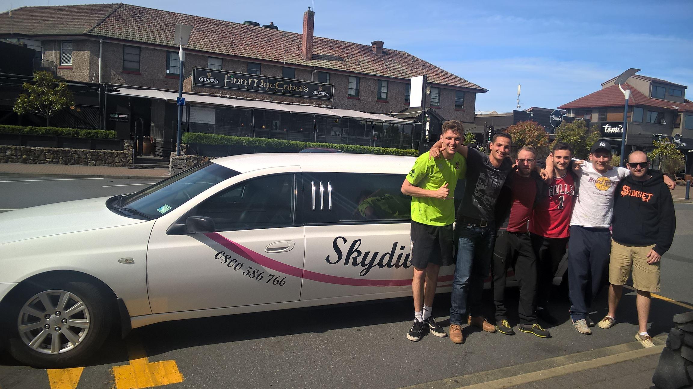 Diese Gruppe ist mit mir aus dem Flugzeug gesprungen: Brad, Ich, Johan, Andrew, David und Sean (v.l.)