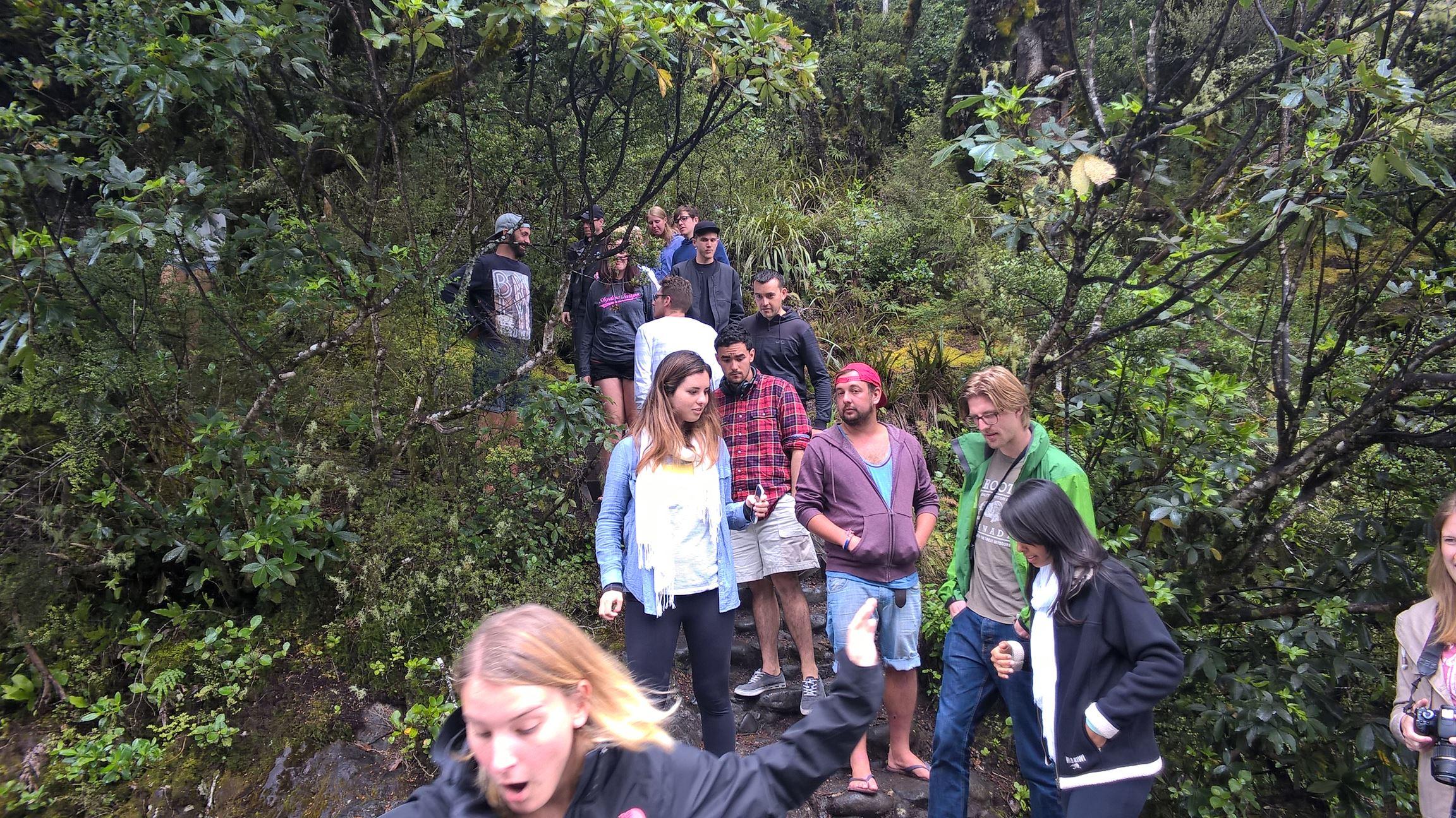 Könnte rutschig sein: Die ganze Gruppe klettert runter zum Fluß