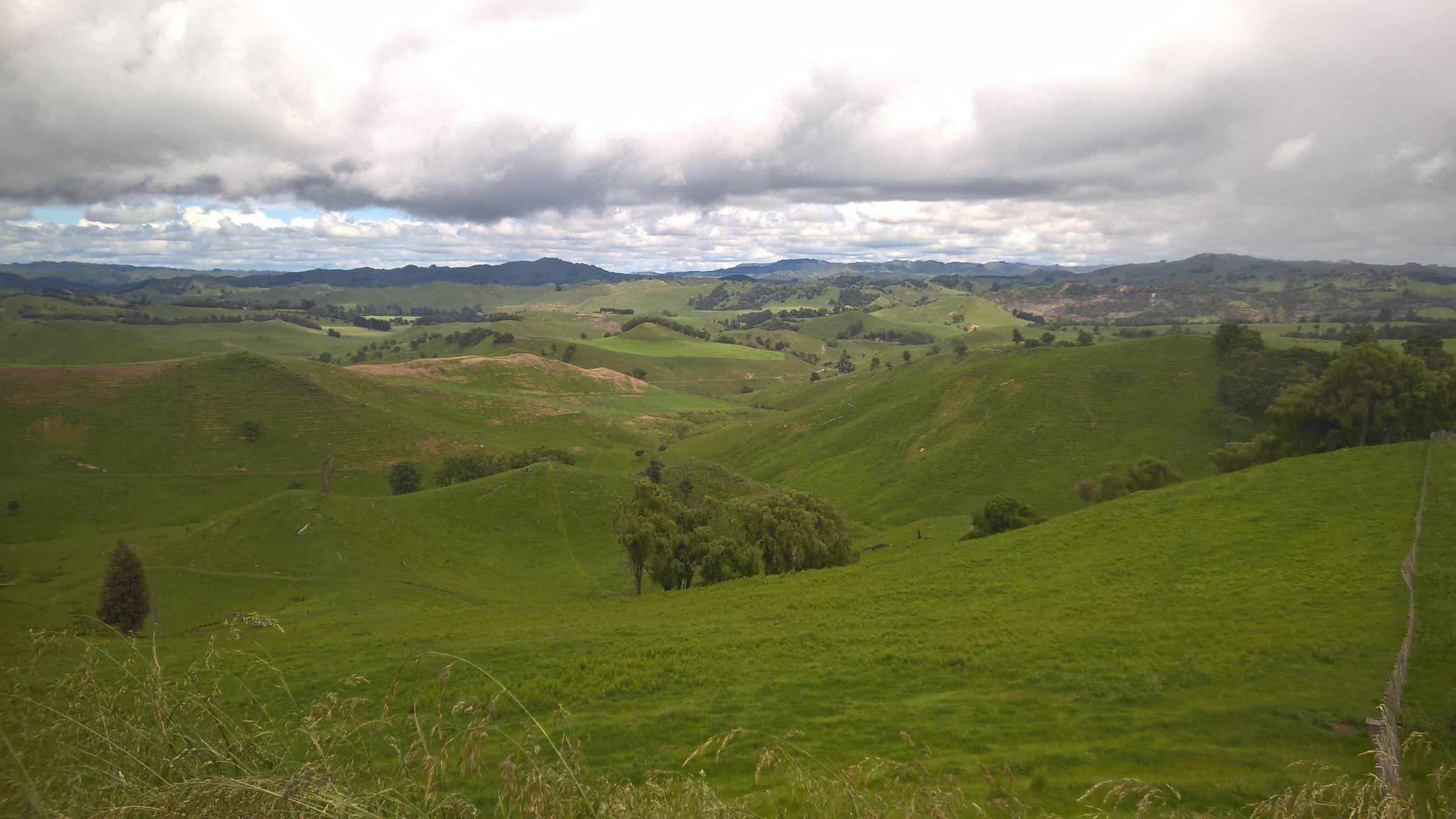 River Valley ist umgeben von grünen Hügeln