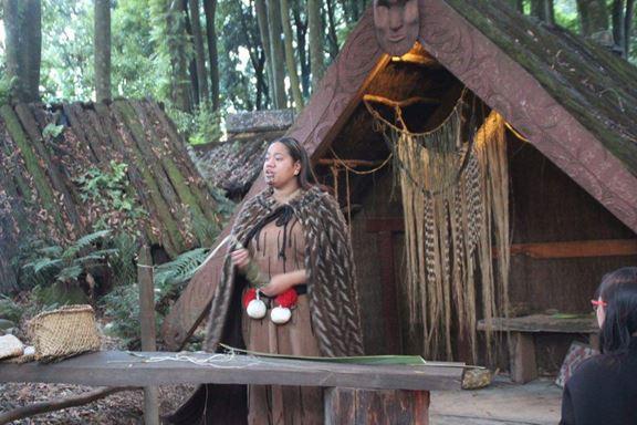 In solchen kleinen Workshops wird den Besuchern die Maori Kultur näher gebracht
