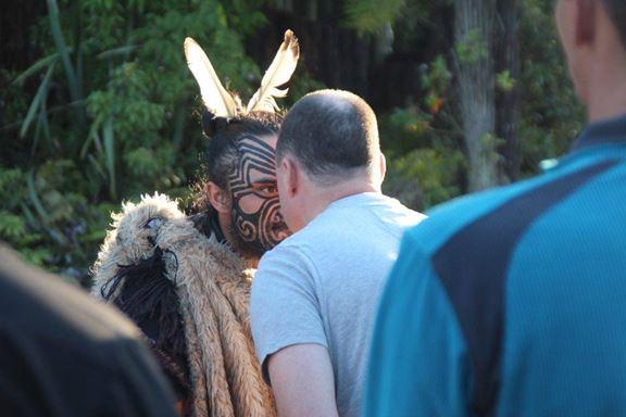 """Traditionelle Begrüßung der Maori: Man stößt mit den Nasen zusammen und """"riecht"""" den Anderen"""