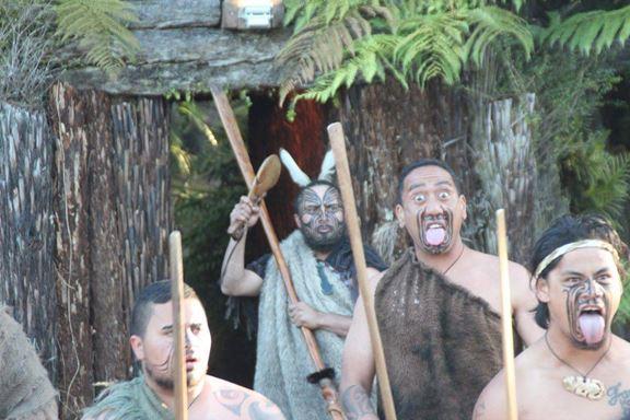 """Augen auf und Zunge raus: Das bedeutet bei den Maori """"Ich verspeiße dich und sch*** dich wieder aus"""""""
