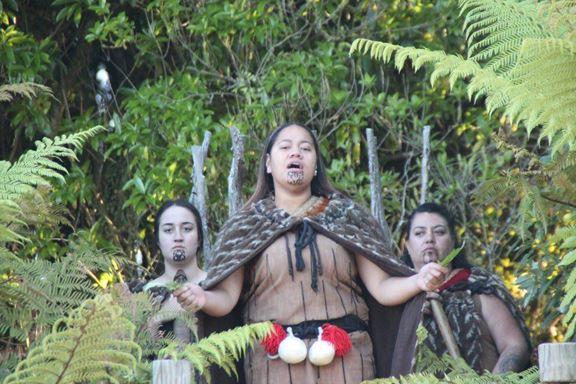 Die Damen des Stammes sangen während der Zeremonie