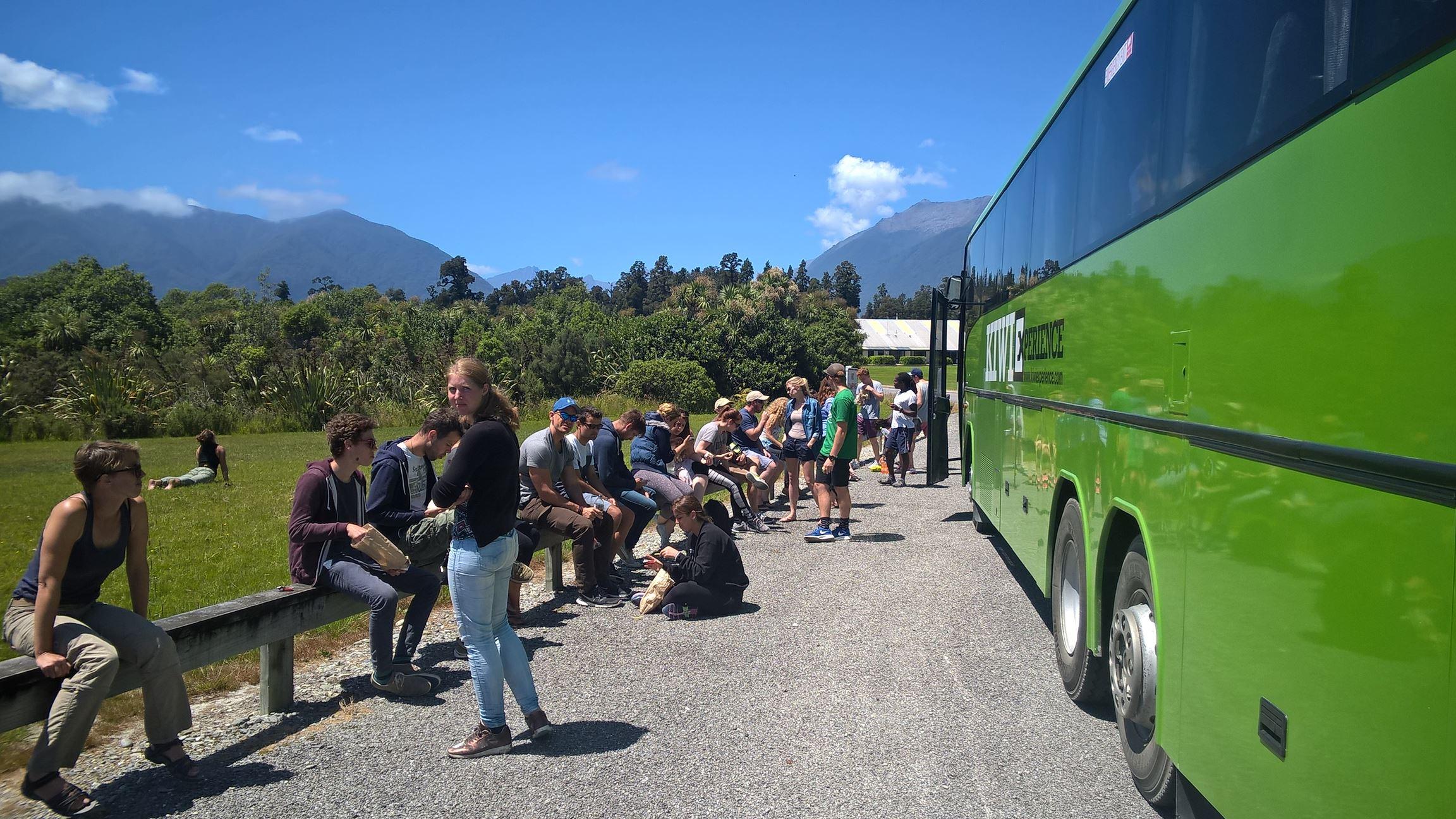 Mittagspause mit der gesamten Gruppe am Bus
