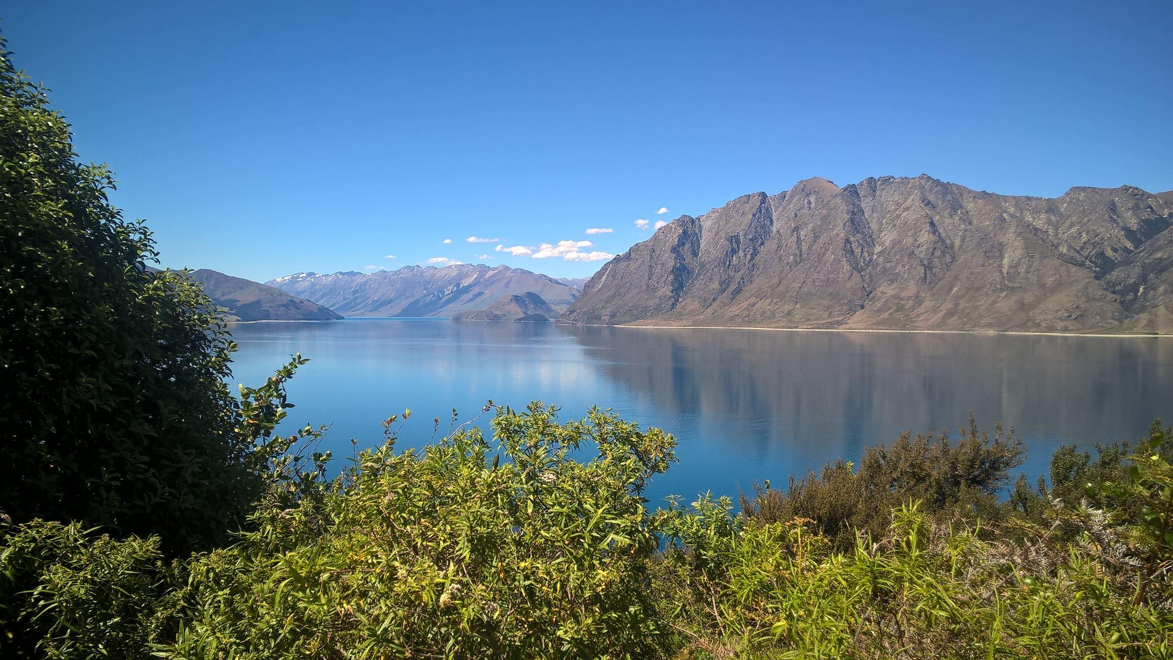 """... kommen wir an einem wahren """"Reflection Lake"""" vorbei: Lake Hawea"""