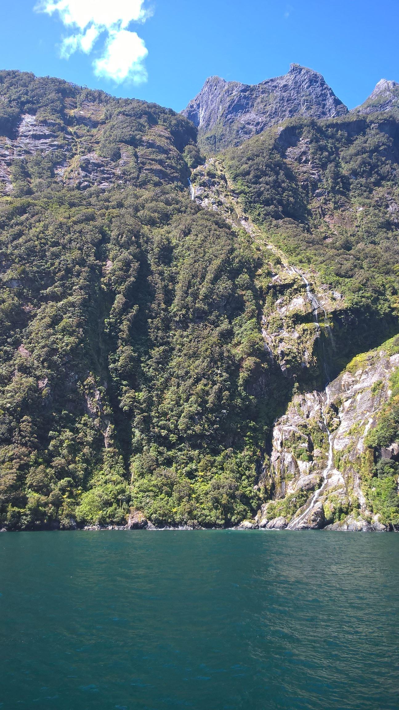 Die Berge erstrecken sich bis ins Wasser