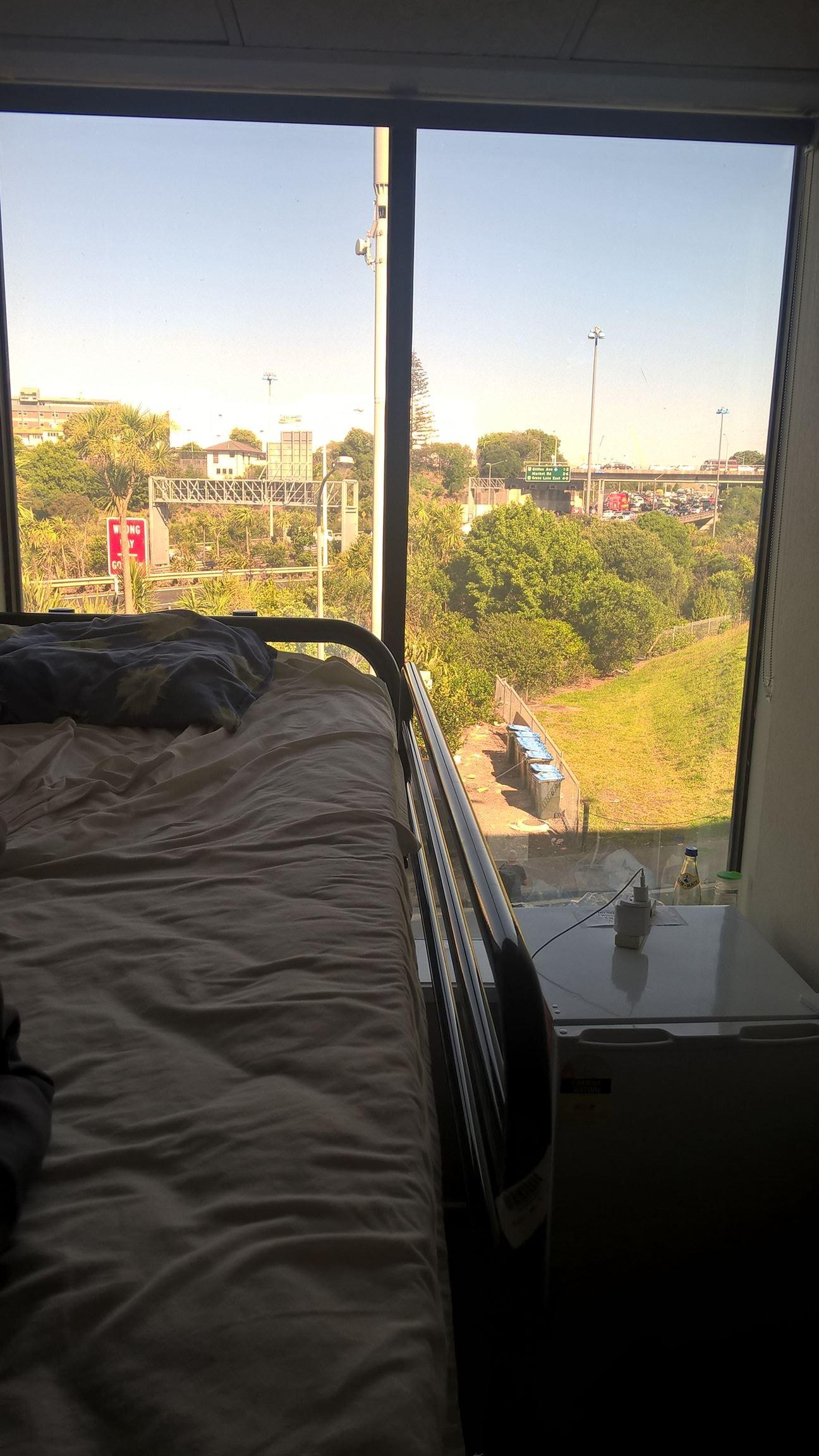 Hostelzimmer mit direktem Autobahn-Blick
