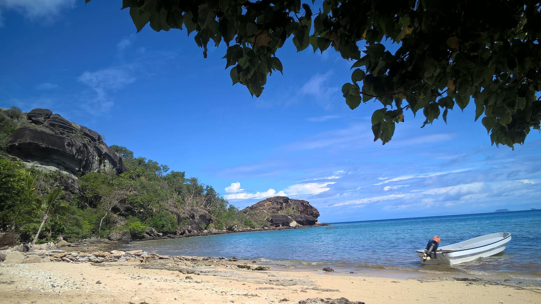 Hier geht das Korallenriff bis zum Strand