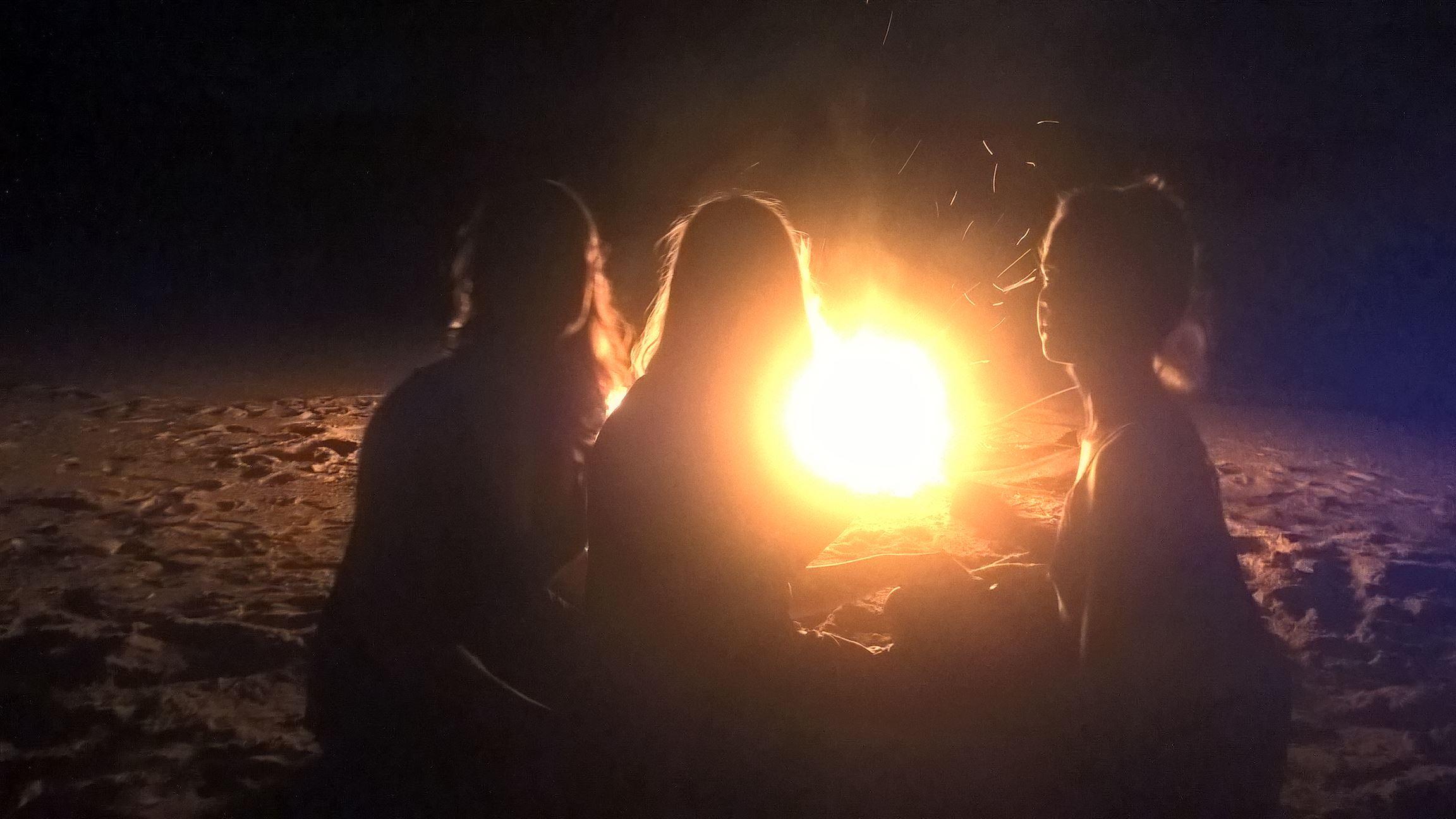Possieren vor dem Feuer