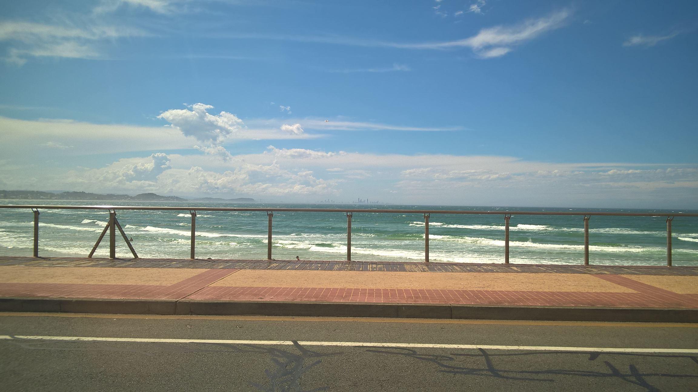 An der Küste entlang: Am Horizont sieht man Surfers Paradies